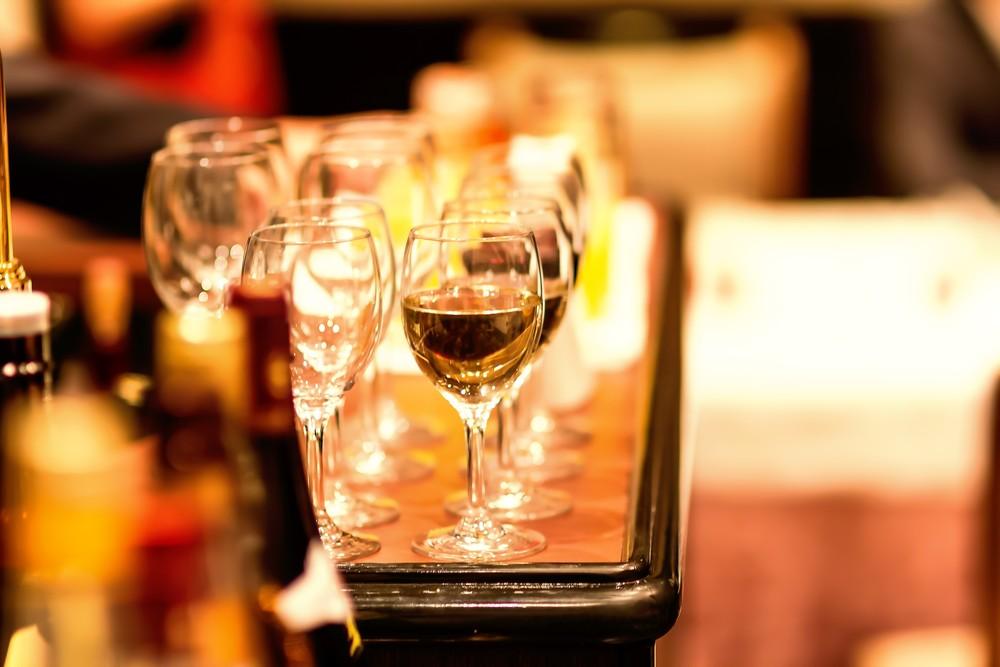 婚活パーティーのテーブルとワイングラス