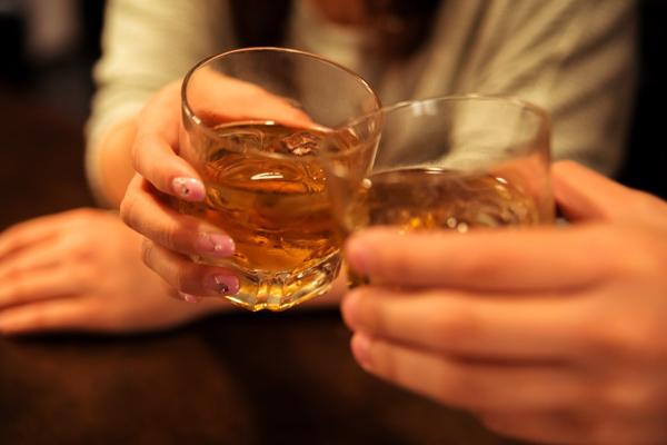 東京の街コンで乾杯するカップル